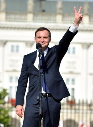 Wystąpienie prezydenta Andrzeja Dudy przed Pałacem Prezydenckim /Jacek Turczyk /PAP