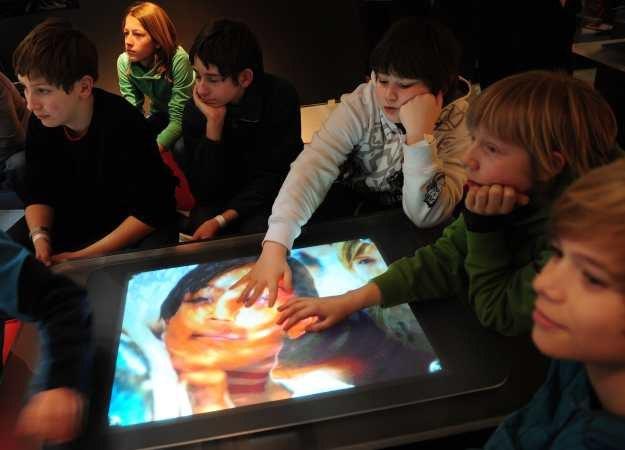 Wystarczy dotknąć i od razu działa - tak proste, że dzieci mają z tym mniejsze problemy niż dorośli /AFP