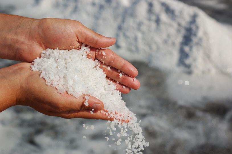 Wystarczy garść soli trzy razy dziennie, a ból minie /123RF/PICSEL