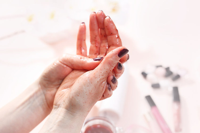 Wystarczy łyżka cukru i łyżka oliwy, by zrobić odżywczy peeling /123RF/PICSEL