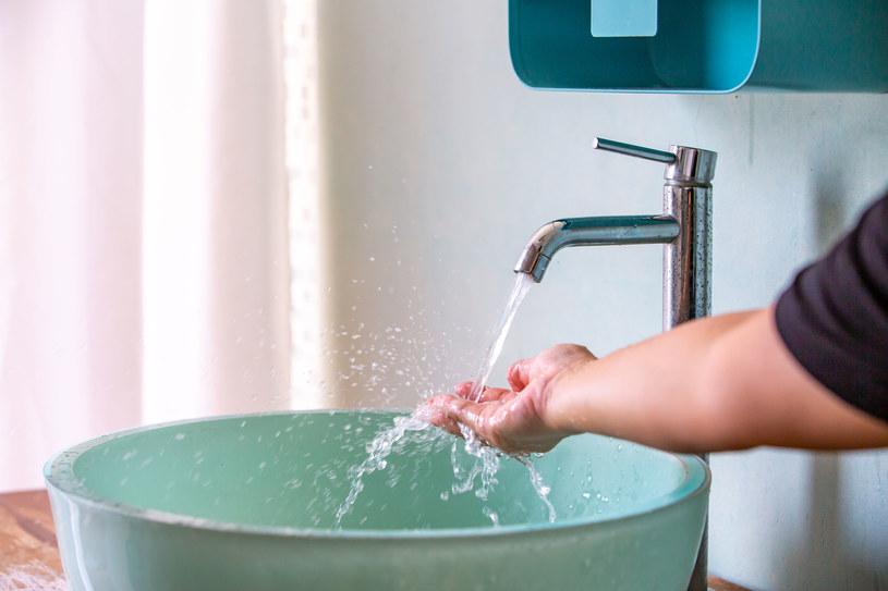 Wystarczy miska z ciepłą wodą, by skutecznie obniżyć ciśnienie