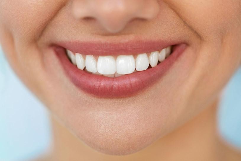 Wystarczy oczyszczenie powierzchni zębów z nalotu i kamienia, żeby od razu stały się jaśniejsze /123RF/PICSEL