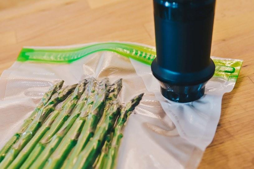 Wystarczy parę chwil, by - dzięki blenderowi - próżniowo zamknąć jedzenie w woreczkach. Fot.Martyna Taras Filmsee /materiały promocyjne