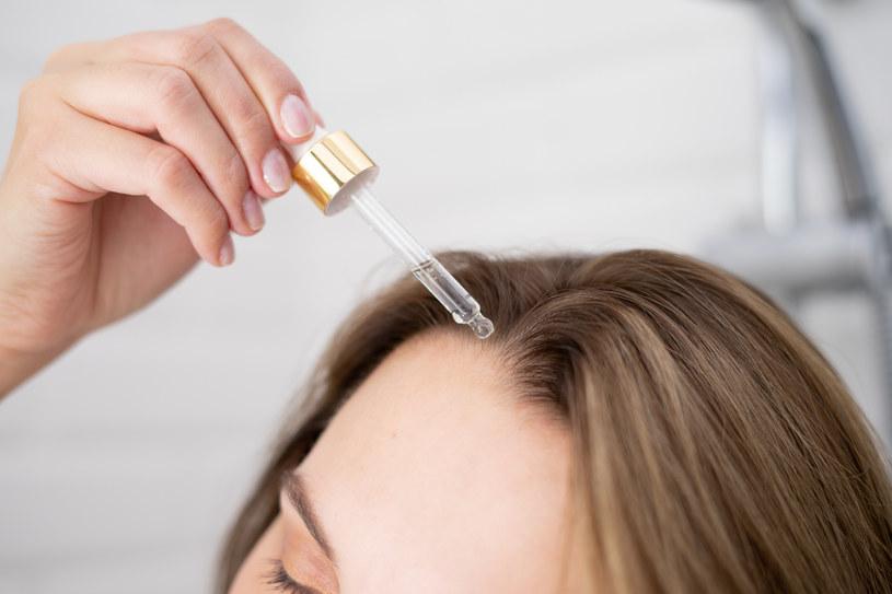 Wystarczy raz w tygodniu wmasować w skórę głowy zawartość jednej pipety /INTERIA.PL