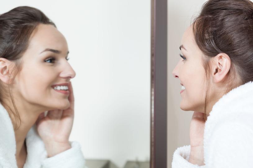 Wystarczy, że raz na jakiś czas kupimy sobie lepszej jakości kosmetyk lub komplet seksownej bielizny, a już nasza wizja siebie nieco się poprawi /123RF/PICSEL