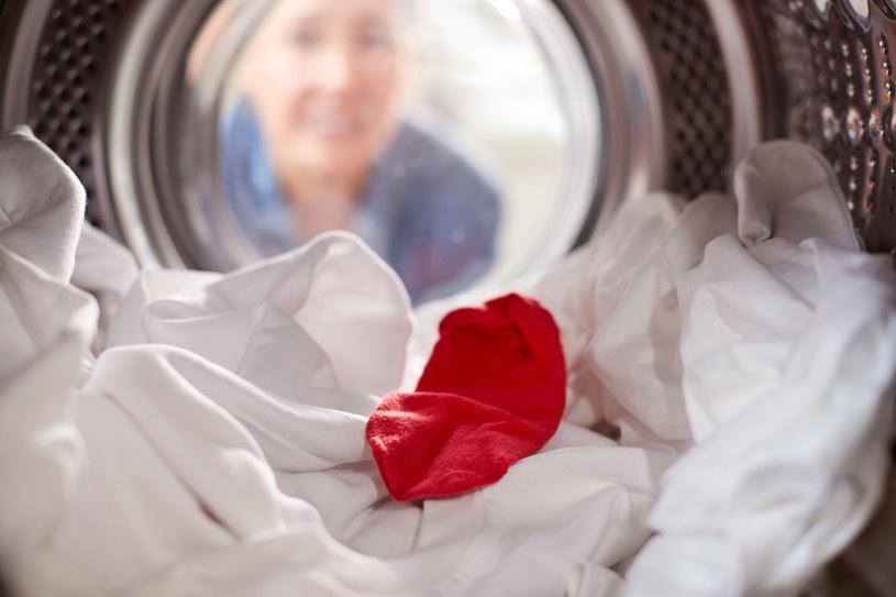 Wystarczy, że w praniu zapląta się jedna kolorowa skarpetka... /123RF/PICSEL