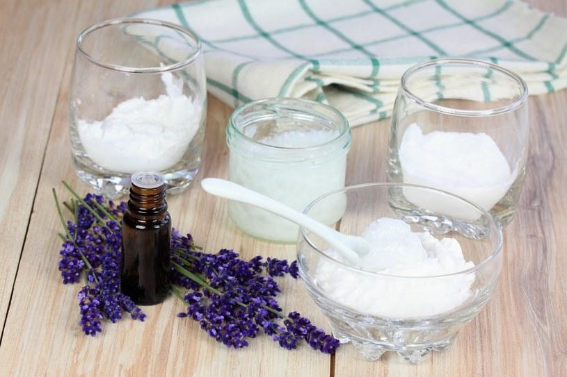 Wystarczy, że zmiksujesz 2 łyżki oleju kokosowego z 40 kroplami olejku lawendowego /123RF/PICSEL