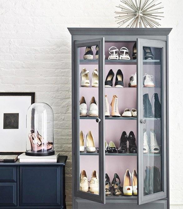 Wystaw buty w szklanej gablotce /© Photogenica