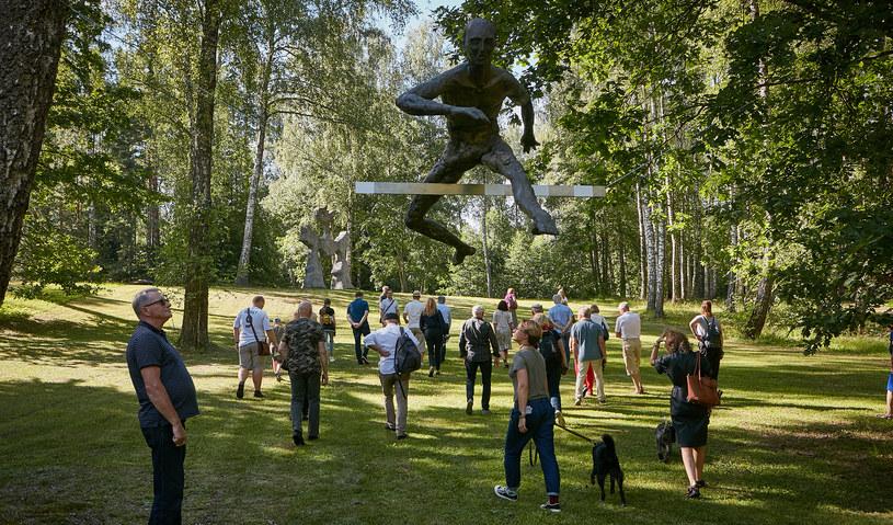 """Wystawa """"Balans w koronach drzew"""" - Europos Parkas, Wilno, 2020-2021. Fot. B. Kędziora/Fundacja Art&Balance /"""