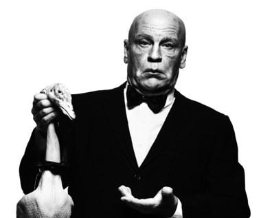 """Wystawa fotograficzna """"Sandro Miller - Malkovich, Malkovich, Malkovich: w hołdzie mistrzom fotografii"""" będzie czynna od 22 kwietnia do 12 czerwca.  John Malkovich jako Alfred Hitchock z portretu autorstwa Alberta Watsona (1973)."""