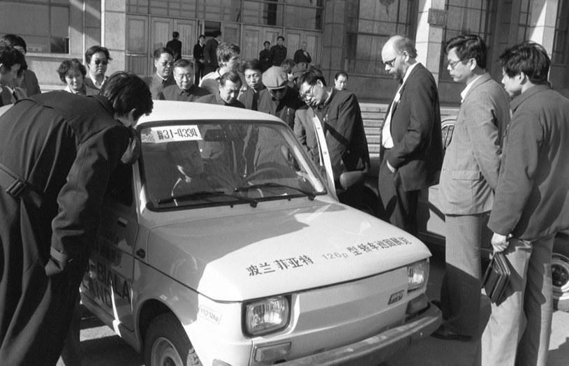 Wystawa osiągnięć polskiego przemysłu w Centrum Wystawienniczym w Pekinie. Zaciekawieni Chińczycy i Fiat 126p. /East News