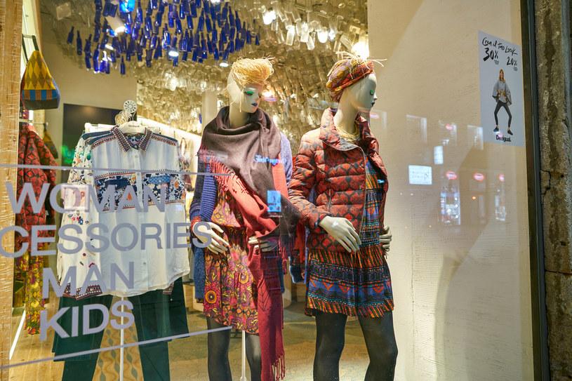 Wystawa sklepowa z odzieżą w sklepie Desigual w Mediolanie /123RF/PICSEL