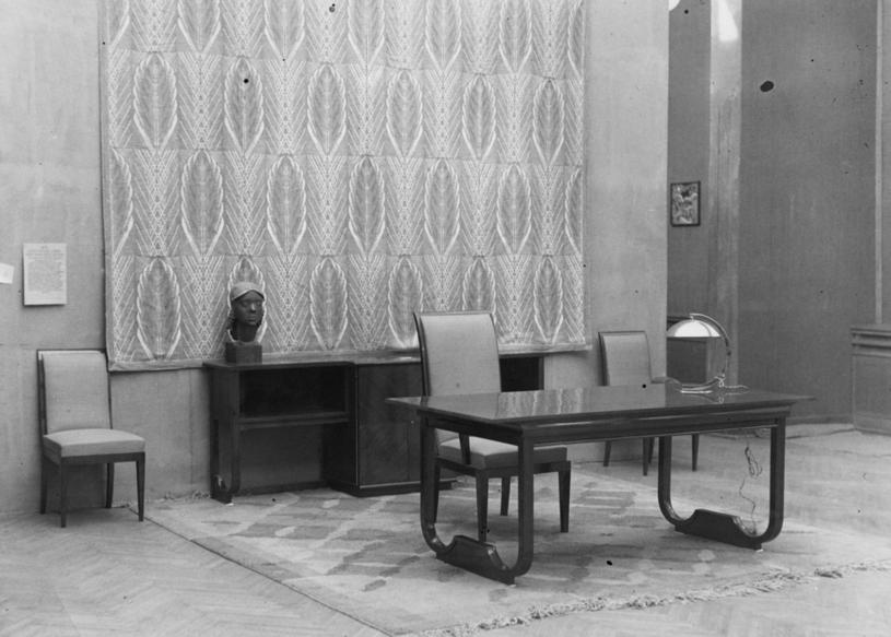 """Wystawa """"Sztuka Wnętrza i Sztuka Hafciarska"""" w Instytucie Propagandy Sztuki w Warszawie zorganizowana przez Spółdzielnię Artystów Plastyków """"Ład"""" (1936 r.) /Ze zbiorów Narodowego Archiwum Cyfrowego"""