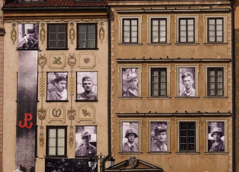 Wystawa upamiętniająca 60. rocznicę wybuchu powstania warszawskiego. Fotografie dokumentalne wkomponowane w widok współczesny miasta /Norma /Reporter