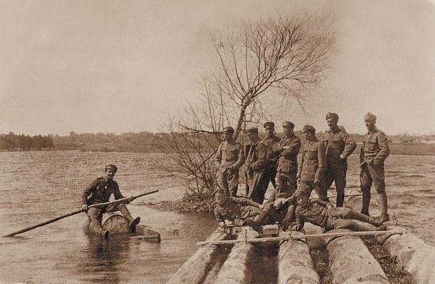 Wystawa w Muzeum Armii Krajowej: Emil Fieldorf płynący na beczce po rzece Stochód na Wołyniu; fotografia ze zbiorów Marka Ney-Krwawicza /materiały prasowe