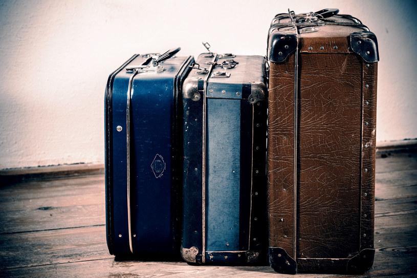 Wystawianie walizek za drzwi to nie jest najlepszy pomysł... /123RF/PICSEL