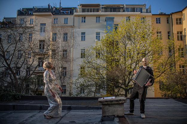 Występ artystów ulicznych w Pradze /Martin Divisek /PAP/EPA