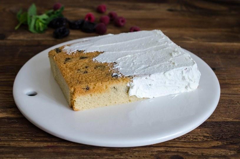 Wystudzone ciasto przygotuj do dekorowania, zetnij górę (która może być nierówna) i wyrównaj boki /materiały prasowe /materiały prasowe