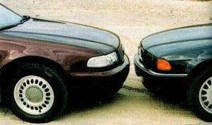 Wysunięcie w Audi silnika przed przednią oś uniemożliwiło niższe poprowadzenie pokrywy i zmusiło do cofnięcia kół. Proporcje BMW wydają się bardziej udane. Mimo wszystko A8 odznacza się niższym współczynnikiem (Cx = 0,28) od rywala (Cx = 0,30). Audi toczy się na superlekkich 16-calowych felgach aluminiowych (lżejszych o 28 kg w porównaniu ze stalowymi) z ogumieniem 225/60. W BMW koła mają ten sam rozmiar, choć nieco węższe ogumienie 215/65. /Motor