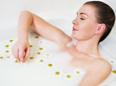 Wysuszoną skórę znakomicie nawilżysz w kąpieli, np. z olejem lub ziołowej  /© Panthermedia