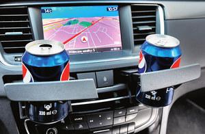 Wysuwane uchwyty na napoje są małe, delikatne i łatwo je uszkodzić. Na dodatek puszki zasłaniają ekran nawigacji. (kliknij, żeby powiększyć) /Motor