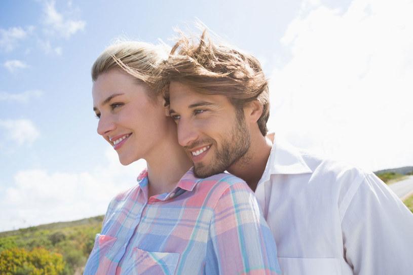 Wyswatane małżeństwa nie zaczynają się od rażenia piorunem. Raczej od rozmów, przyjaźni, przyglądania się sobie. To solidna podstawa do budowania związku /123RF/PICSEL