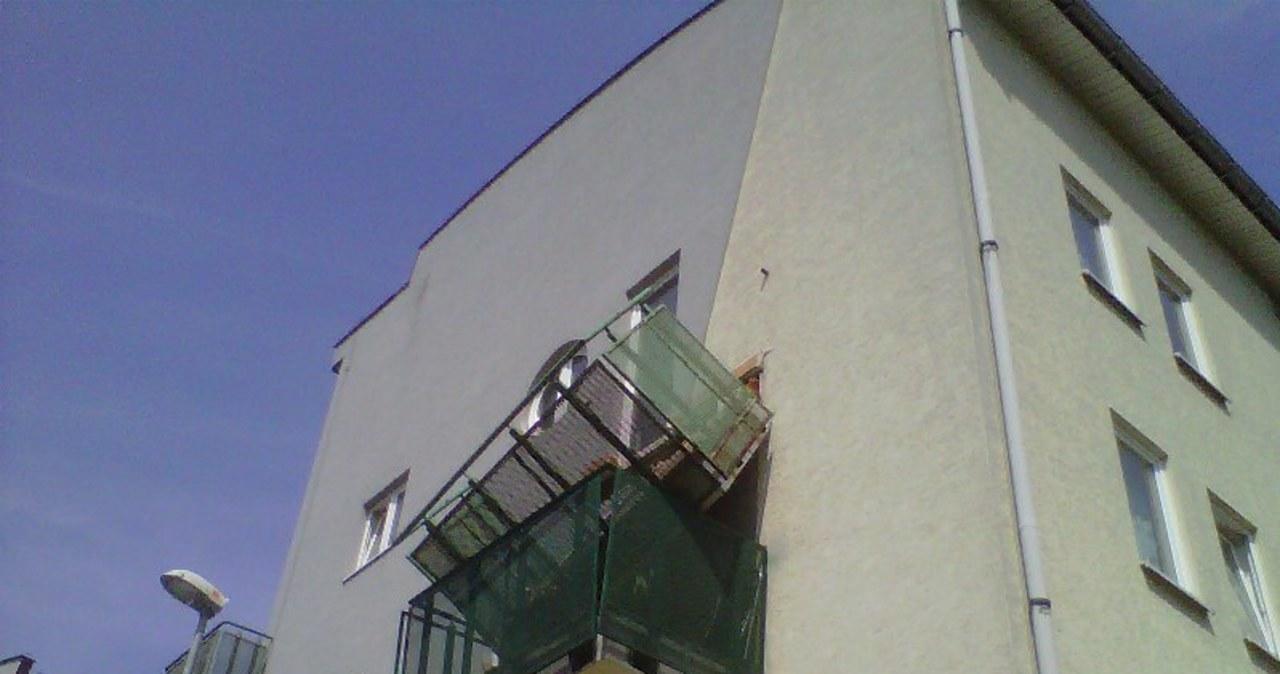 Wyszły na balkon. Zerwał się pod nimi balkon