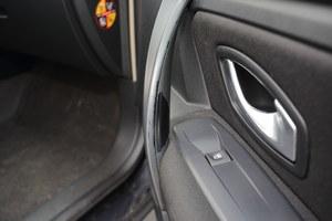 Wytarła się gumowa powłoczka na wewnętrznej stronie uchwytów do zamykania drzwi. /Motor
