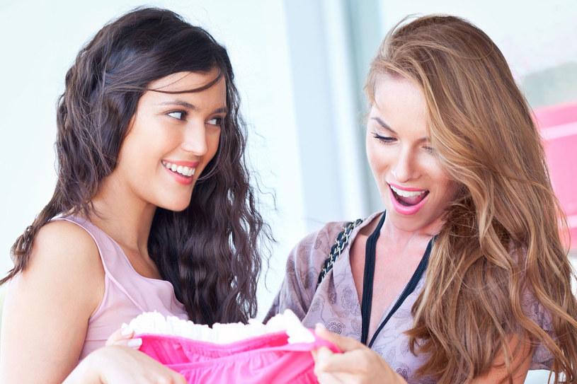 Wywieszki na witrynach często sugerują, że obniżki dotyczą całego asortymentu w sklepie. W praktyce tylko część towaru jest objęta promocją /123RF/PICSEL