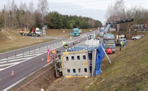 Wywróciła się ciężarówka przewożąca drób. Kurczaki wydostały się z klatek
