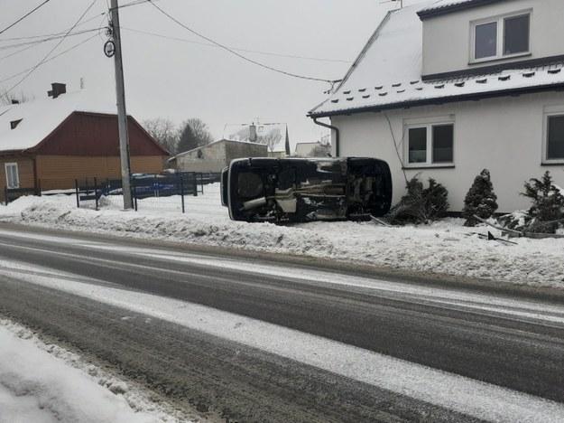 Wywrócony pojazd zatrzymał się tuż przed posesją /Policja
