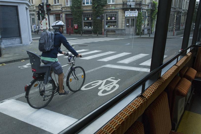Wyznaczanie dróg dla rowerów w miejscu pasów ruchu nie jest rozwiązaniem problemów miejskiego transportu /Reporters /Reporter
