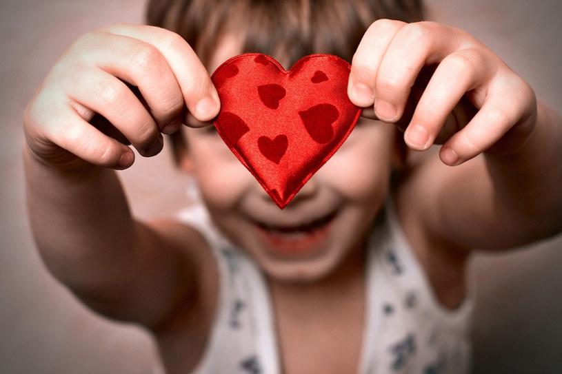 Wyznawanie miłości łatwiej przychodzi dzieciom. To one też bez skrępowania cieszą się z walentynek /© Panthermedia