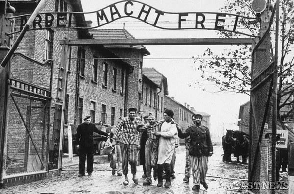27.01.1945 - wyprowadzanie więźniów z obozu Auschwitz