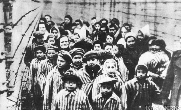 Więźniowie Auschwitz wyprowadzani z obozu przez pielęgniarki i żołnierzy radzieckich
