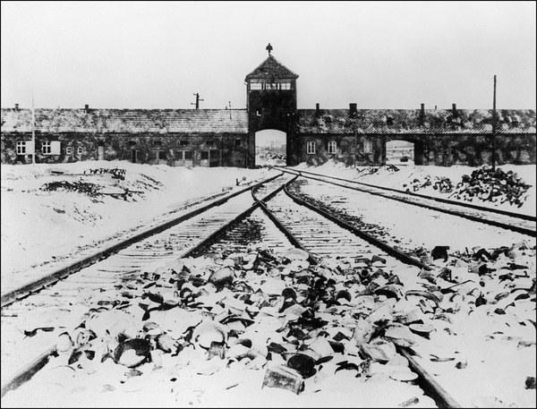 Auschwitz - brama obozu po wyzwoleniu
