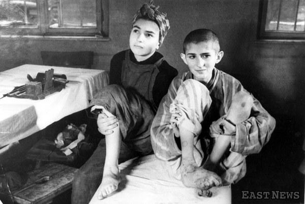 Wyzwolenie obozu Auschwitz - dzieci w punkcie medycznym