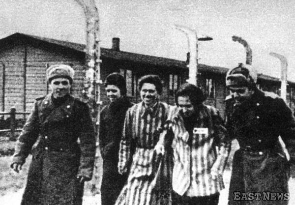 Żołnierze armii radzieckiej i więźniowie z wyzwolonego obozu Auschwitz