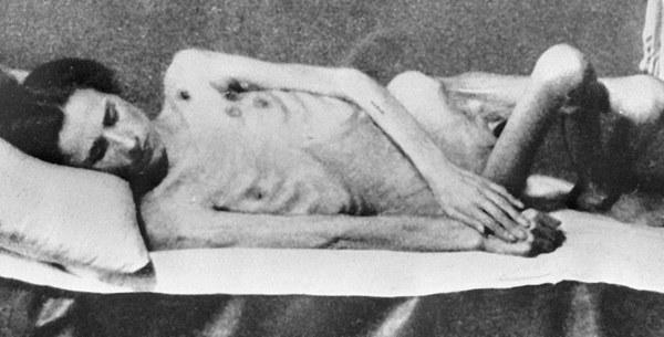 Wygłodzona kobieta znaleziona przez radzieckich żołnierzy po wyzwoleniu obozu Auschwitz