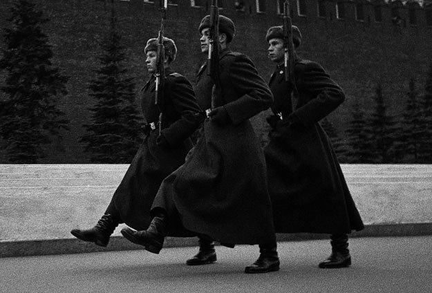 """""""Wyzwoliciele""""... Patrol sowieckich żołnierzy (zdjęcie ilustracyjne) /Władysław Sławny /Agencja FORUM"""