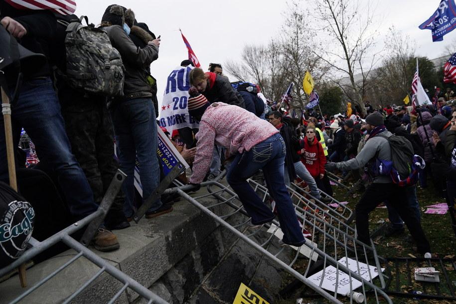 Wzburzony tłum zwolenników Trumpa w środę wtargnął do Kongresu, doprowadzając do przerwania jego posiedzenia, na którym zatwierdzano wynik wyborów prezydenckich /WILL OLIVER  /PAP/EPA