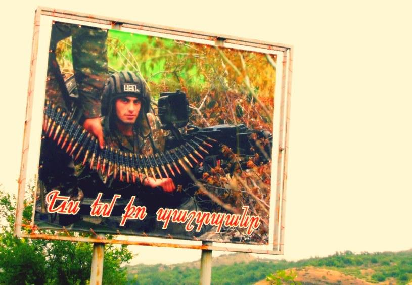 Wzdłuż dróg, na domach, płotach, właściwie wszędzie, wiszą plakaty propagandowe /S. Zagórski /INTERIA.PL