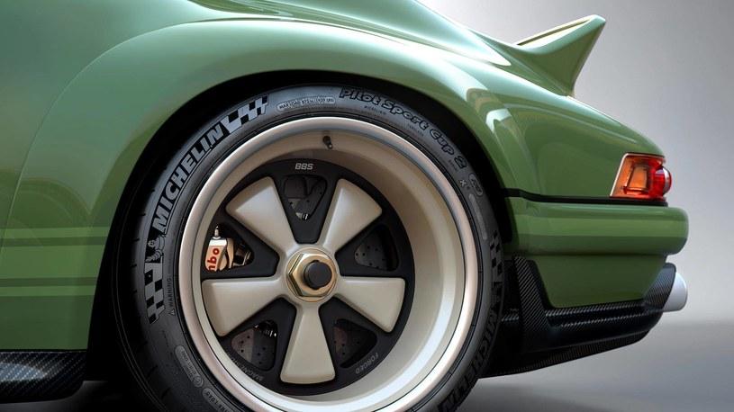 Wzór magnezowych felg nawiązuje do klasyki. Opona to wyczynowy Michelin /Singer Vehicle Design /materiały prasowe