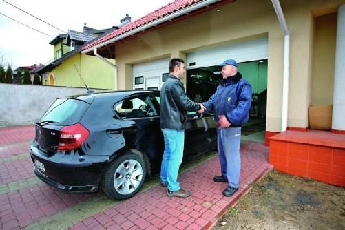 Wzorowa komunikacja między klientem a mechanikiem znacznie ułatwia naprawę /Motor
