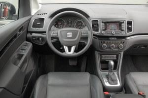 Wzorowy porządek i dobre materiały. Pod panelem klimatyzacji przyciski do sterowania drzwiami. /Motor