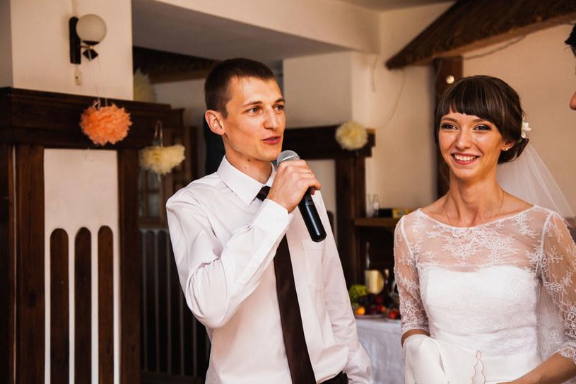 Wzruszające i rubaszne przemowy nie należą do rzadkości na polskich ślubach /123RF/PICSEL