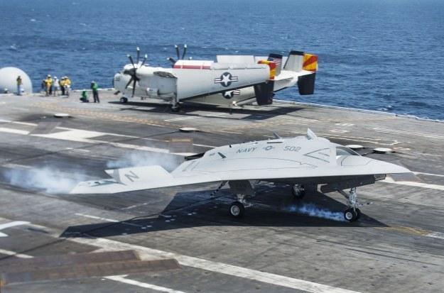 X-47B ląduje na pokładzie lotniskowca /AFP