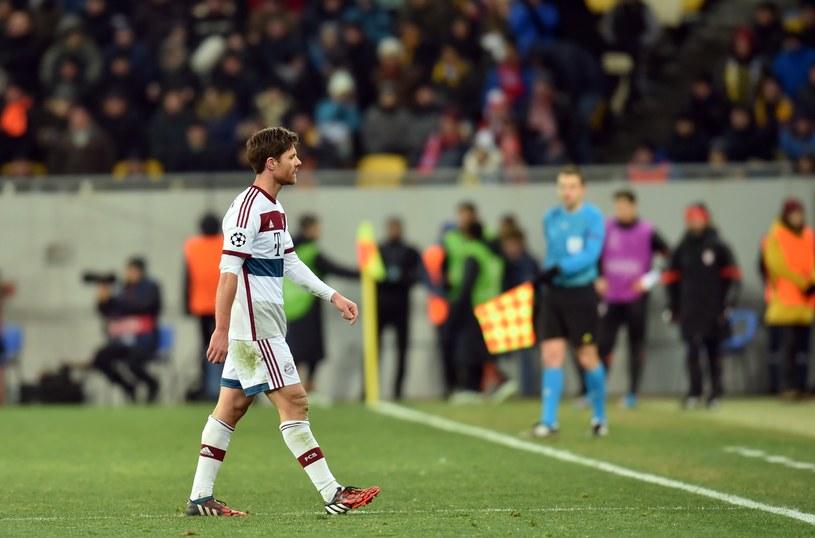 Xabi Alonso opuszcza murawę stadionu we Lwowie /AFP