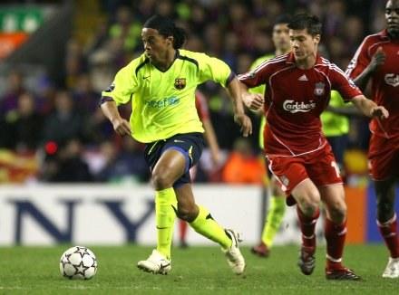 Xabi Alonso próbuje odebrać piłkę Ronaldinho. Liverpool-Barcelona 0:1 /AFP