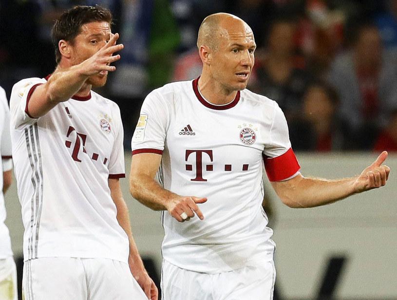 Xabi Alonso (z lewej) i Arjen Robben /AFP
